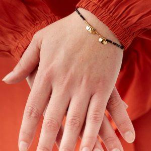 goudkleurig-nikkelvrij-armbandje-met-zwarte-kraaltjes-en-sterretjes-1