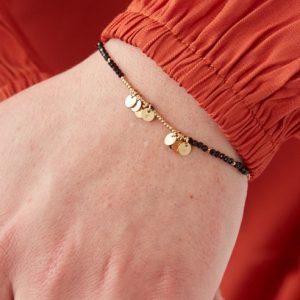 goudkleurig-nikkelvrij-armbandje-met-zwarte-kraaltjes-en-sterretjes-2