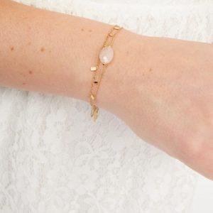 goudkleurig-nikkelvrij-dubbel-armbandje-met-lichtroze-steentje-extra