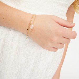 goudkleurig-nikkelvrij-dubbel-armbandje-met-lichtroze-steentje-vk