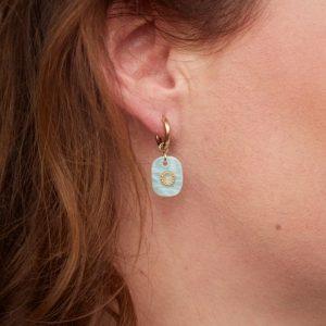 goudkleurige-nikkelvrije-oorringetjes-met-mintgroen-steentje-extra