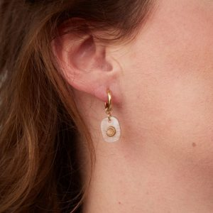 goudkleurige-nikkelvrije-oorringetjes-met-oudroze-steentje-extra