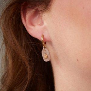 goudkleurige-nikkelvrije-oorringetjes-met-oudroze-steentje-vk