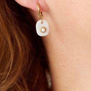goudkleurige-nikkelvrije-oorringetjes-met-wit-steentje-1