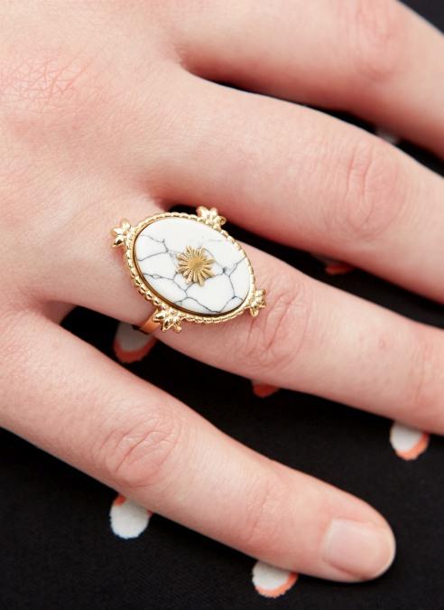 goudkleurige-nikkelvrije-ring-met-witte-ovalen-steen-en-zon-2