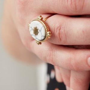 goudkleurige-nikkelvrije-ring-met-witte-ovalen-steen-en-zon-4