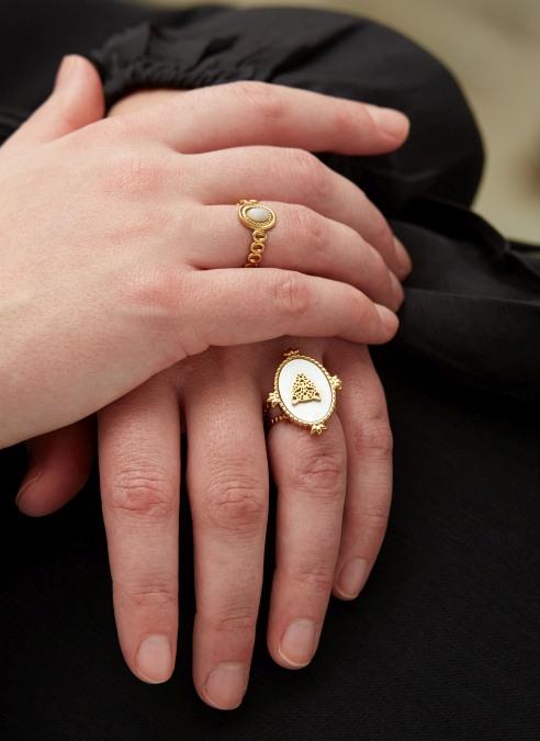 goudkleurige-nikkelvrije-ring-met-witte-steen-en-panterhoofd-1