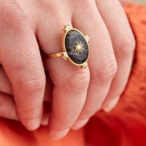 goudkleurige-nikkelvrije-ring-met-zwarte-ovalen-steen-en-zon