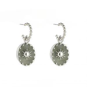 zilverkleurige-oorstekers-met-balletjes-en-grijze-ovale-hanger