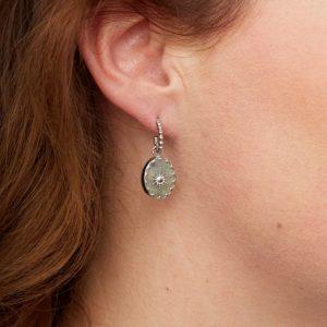 zilverkleurige-oorstekers-met-balletjes-en-grijze-ovale-hanger-extra
