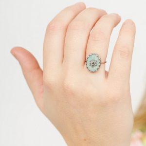 zilverkleurige-ring-met-balletjes-en-grijze-ovalen-steen-1