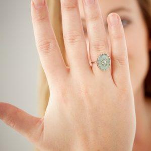zilverkleurige-ring-met-balletjes-en-grijze-ovalen-steen-2