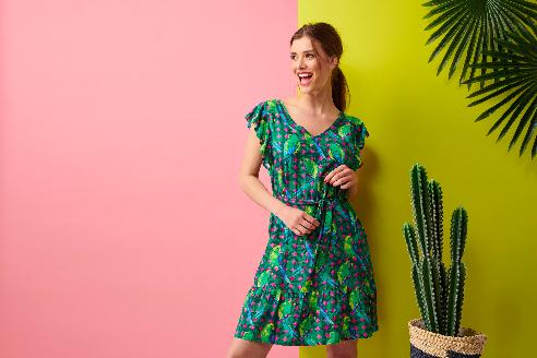 groene-jurk-met-ruches-en-parkieten-vk