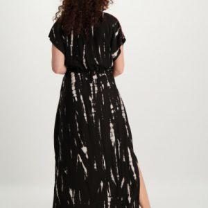 zwarte-maxi-dress-met-nude-kleurige-vlekken-en-ceintuur-ak