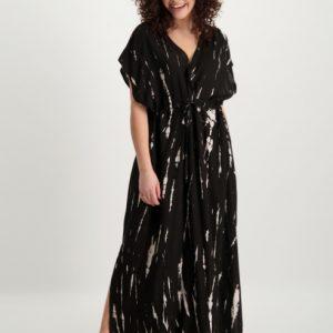 zwarte-maxi-dress-met-nude-kleurige-vlekken-en-ceintuur-vk