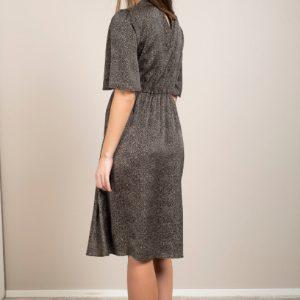 zwarte-jurk-kleine-zandkleurige-stipjes-hoge-taille-ak