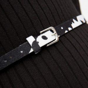 zwart-wit-smal-riempje-met-koeienhuidlook-detail