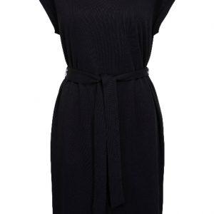 zwarte-klassieke-jurk-met-kapmouw-en-ceintuur-extra